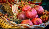 Owoce granatu w koszyku